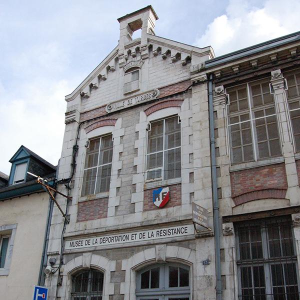 Si l'histoire de Tarbes nous était contée, elle retracerait pas à pas celle de son Haras : un parc naturel au coeur de la ville, site classé et historique, créé par Napoléon en 1806, berceau de l'anglo-arabe et musée vivant !